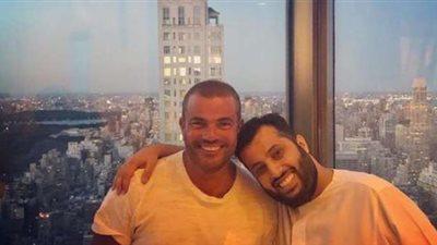 عمرو دياب يُهدي تركي آل الشيخ عطره الجديد (صور)